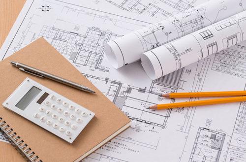 設計図と筆記用具と電卓