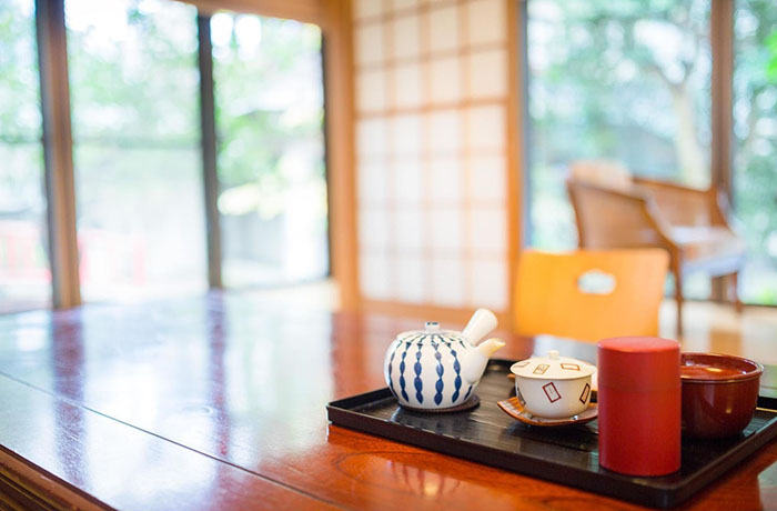 茶器の置かれた和室の机
